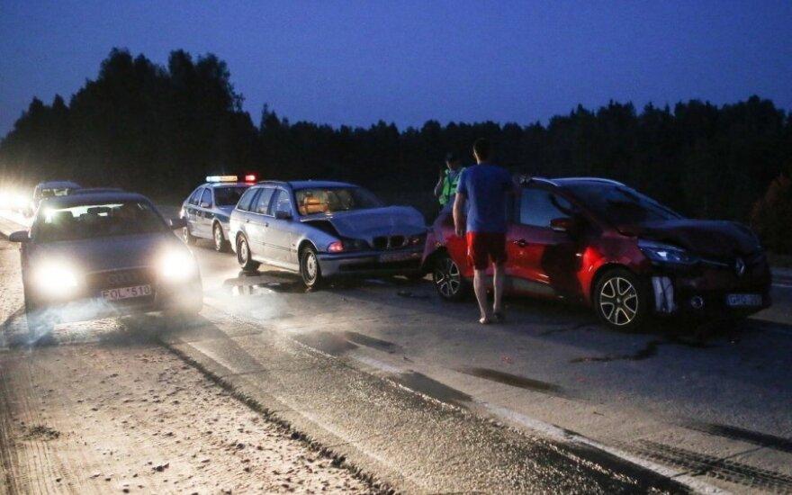 Šalia Vilniaus vienas į kitą rėžėsi keturi automobiliai