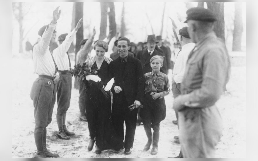 Gėbelsų vestuvės. Dešinėje - Herbertas, tolimesniame plane - A.Hitleris