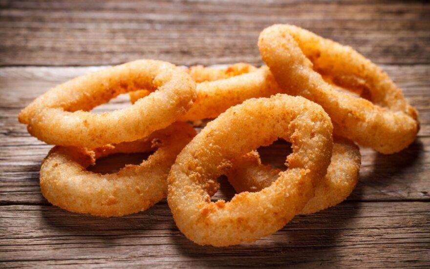 Svogūnų žiedai kepti čipsuose