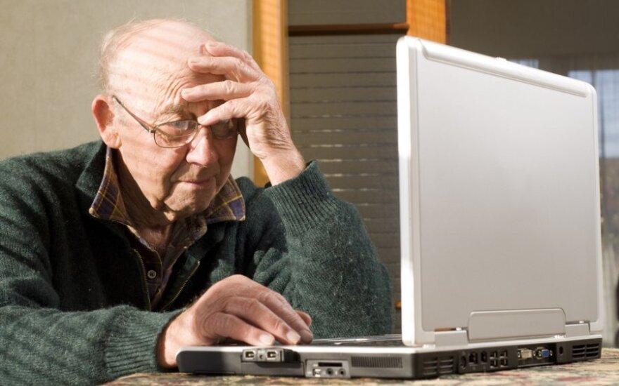 Pagyvenęs pilietis naudojasi internetu
