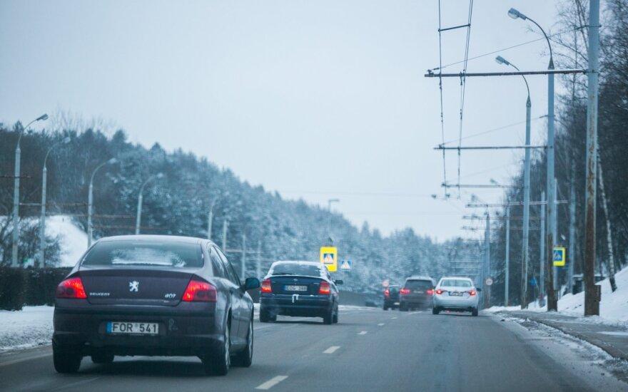 Kelininkai perspėja: dieną eismo sąlygas sunkins stipraus vėjo gūsiai