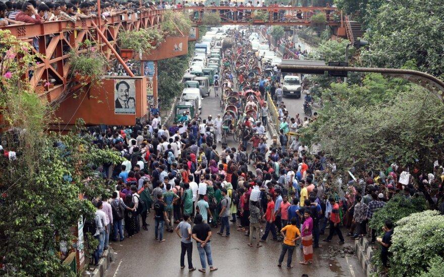 Galingam ciklonui pasiekus Indiją ir Bangladešą žuvo 14 žmonių