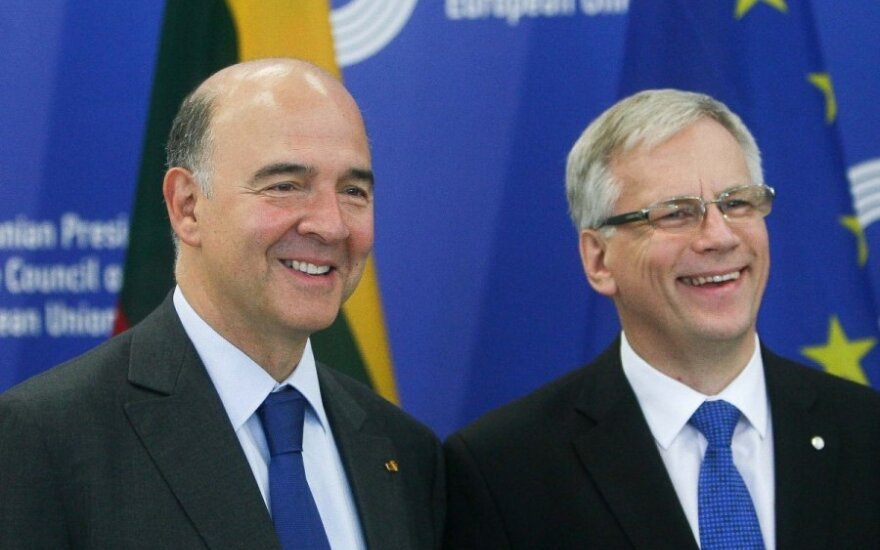 EU Commissioner Pierre Moscovici and Lithuanian Finance Minister Rimantas Šadžius