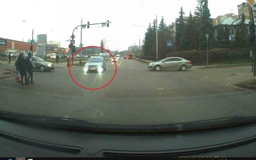 """""""Opel"""" vairuotojas nepaisė draudžiamo šviesoforo signalo"""