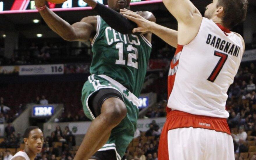 "Vonas Waferis (""Celtics"") veržiasi pro Andrea Bargnani (""Raptors"")"