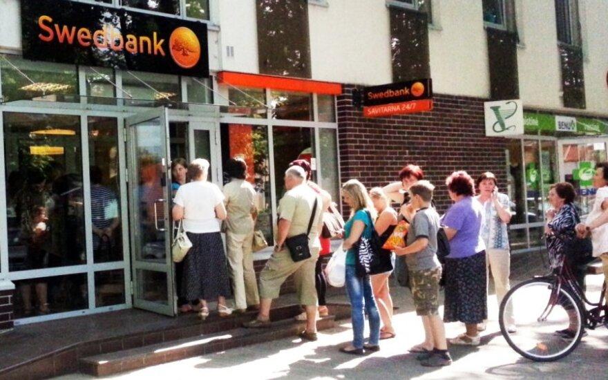 """Apsilankymą kai kuriuose """"Swedbank"""" padaliniuose reikės suderinti telefonu – kitaip nepriims"""