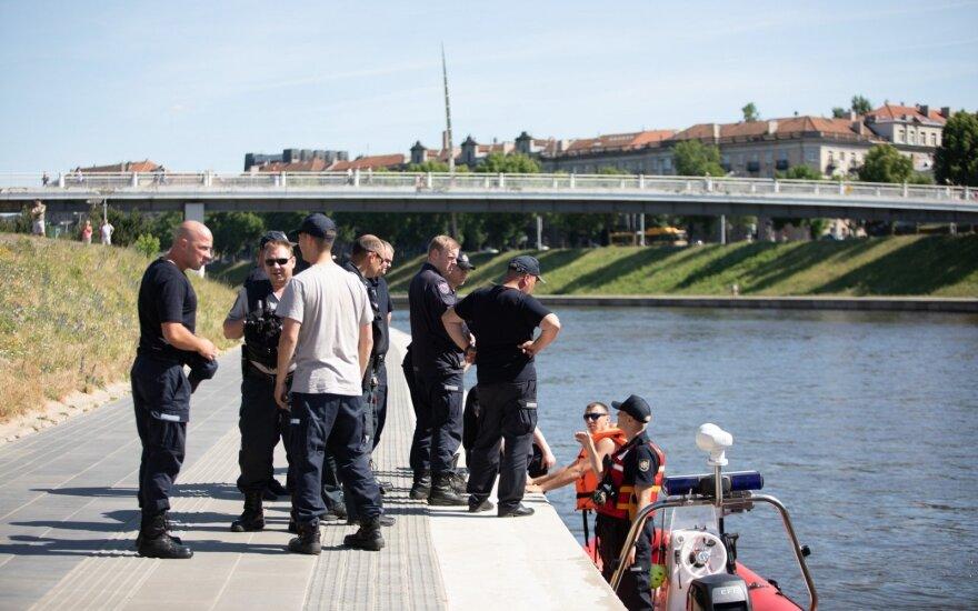 Neryje rastas automobilis, sostinės centre nuriedėjęs į upę dar prieš du mėnesius
