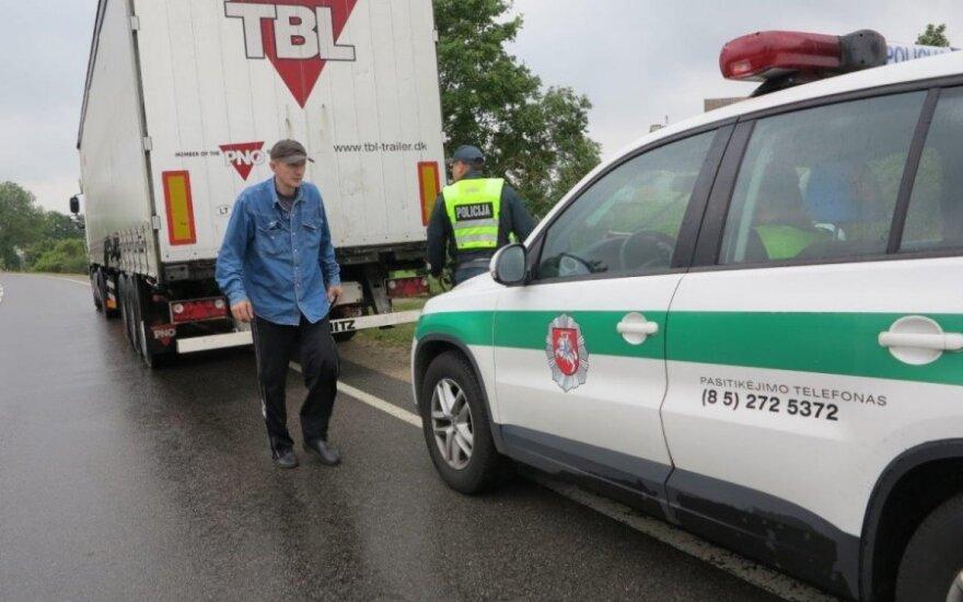 Girtas vilkiko vairuotojas net tris kartus nepastebėjo, kad jį stabdo policija