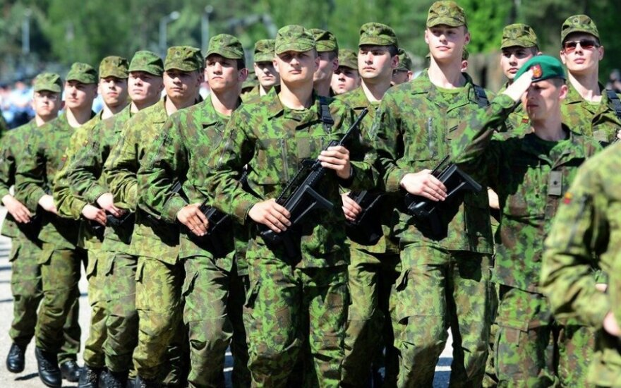 Mix of conscript and professional soldiers best approach to army, says President