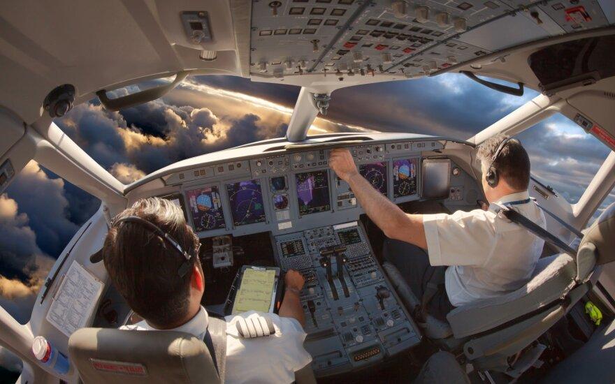 Lėktuvų pilotų ir palydovų darbo ypatumai: gali surašyti testamentą ir priimti gimdymą, bet ne viskas yra apmokama