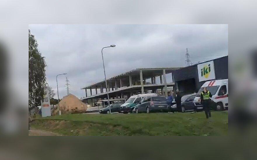 """Grioviais į parduotuvės aikštelę įlėkęs """"Opel"""" rėžėsi į stovėjusius automobilius, vienas žmogus sužalotas"""