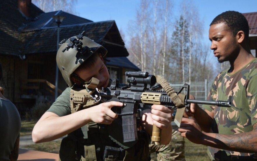 Ignalinos rajone vaikai mokėsi kareiviškų gudrybių iš NATO karių