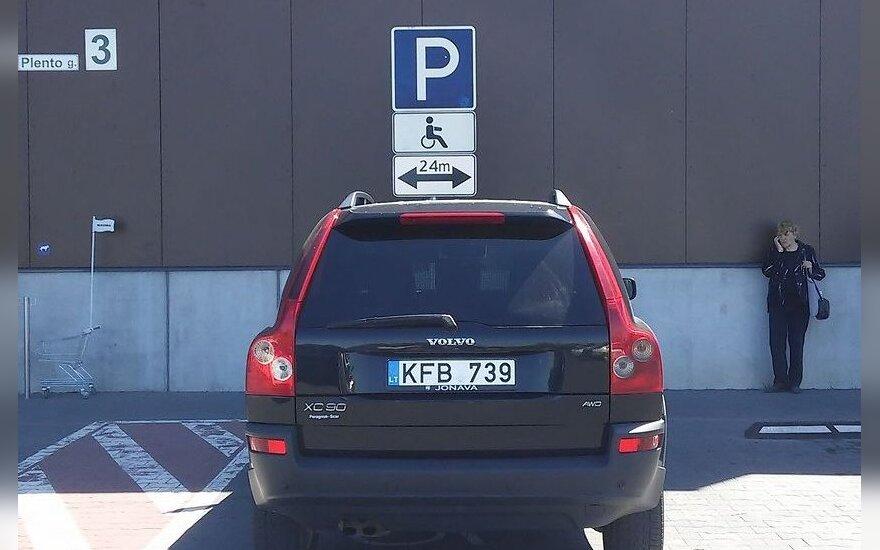 Gėda: sportiško vairuotojo automobilis neįgaliojo vietoje