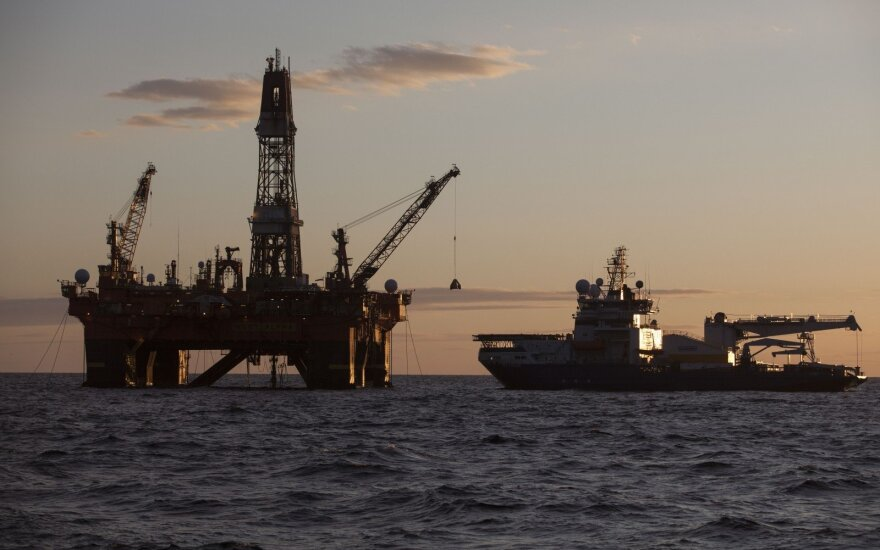 Dėl persotintos rinkos naftos kainos laikosi ties pusės metų minimumu