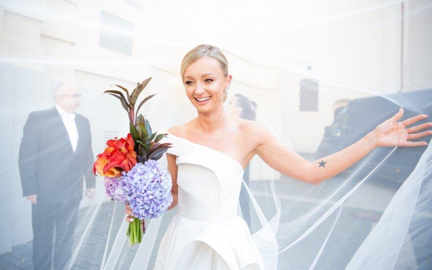 Vilniuje ištekėjo TV laidų vedėja Ugnė Galadauskaitė: ceremonija bažnyčioje vyko dviem kalbomis