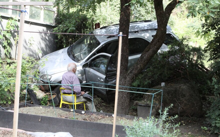 Senolio pasivažinėjamas Vilniuje: sumaišė pedalus, rėžėsi į namo tvorą ir pakibo ant šlaito