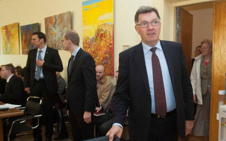 A. Butkevičius aiškina, kaip bus grąžinamos neteisėtai sumažintos valdininkų algos