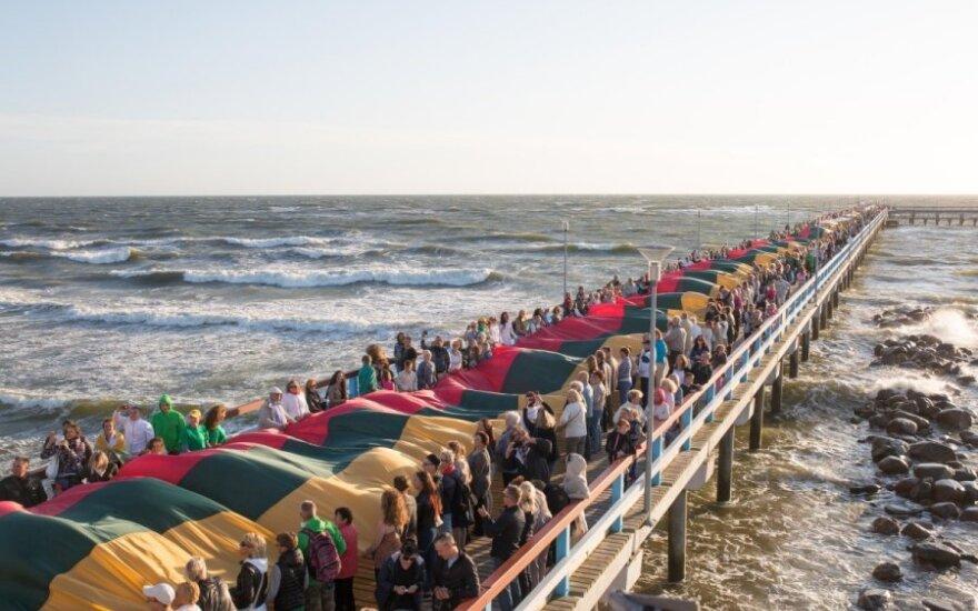 Palangoje išskleista rekordinio ilgio Trispalvė