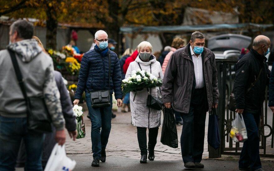 Į raginimą per Vėlines likti namuose gyventojai numojo ranka: <em>Delfi</em> fotografas užfiksavo, kas vyksta Vilniaus kapinėse