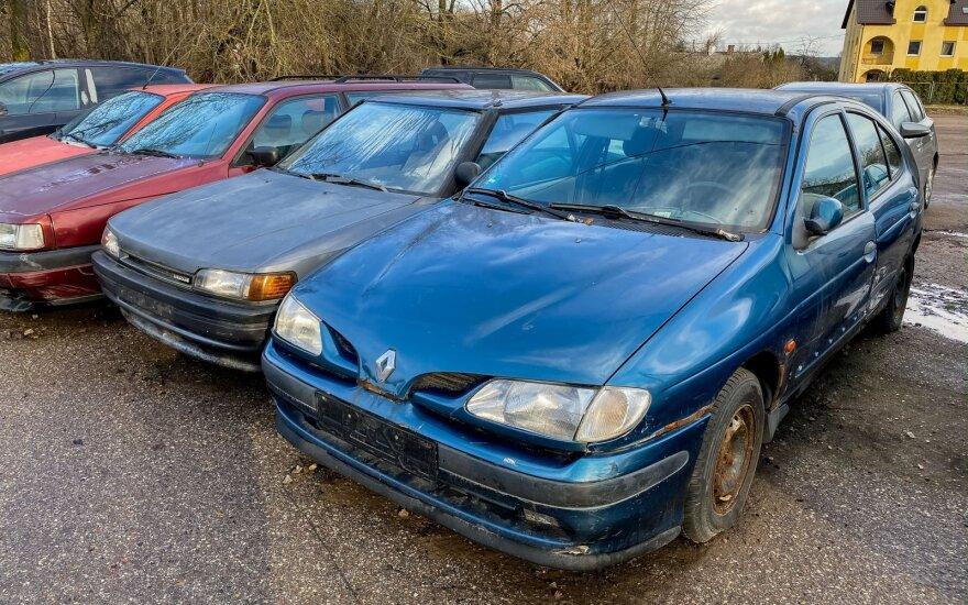 Seimas uždraudė nenaudojamus automobilius laikyti bendrose parkingo vietose: savininkai turės 3 mėnesius