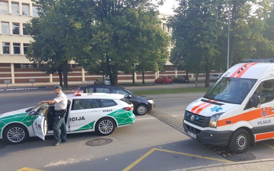 Vilniuje, prie komisariato, pavežėjų įmonės automobilis partrenkė kriminalistę