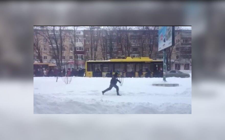Internete plinta vaizdas, kaip pensininkai stumia per sniegą nepravažiuojantį troleibusą