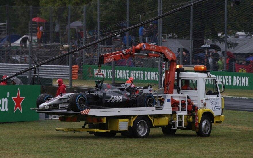 """Lietingame chaose – avarija, rekordinis L. Hamiltono """"pole"""" ir lėtas S. Vettelis"""