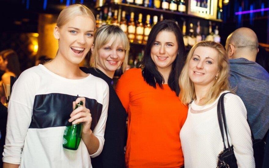 Viktorija Sutkutė (kairėje) su bičiulėmis