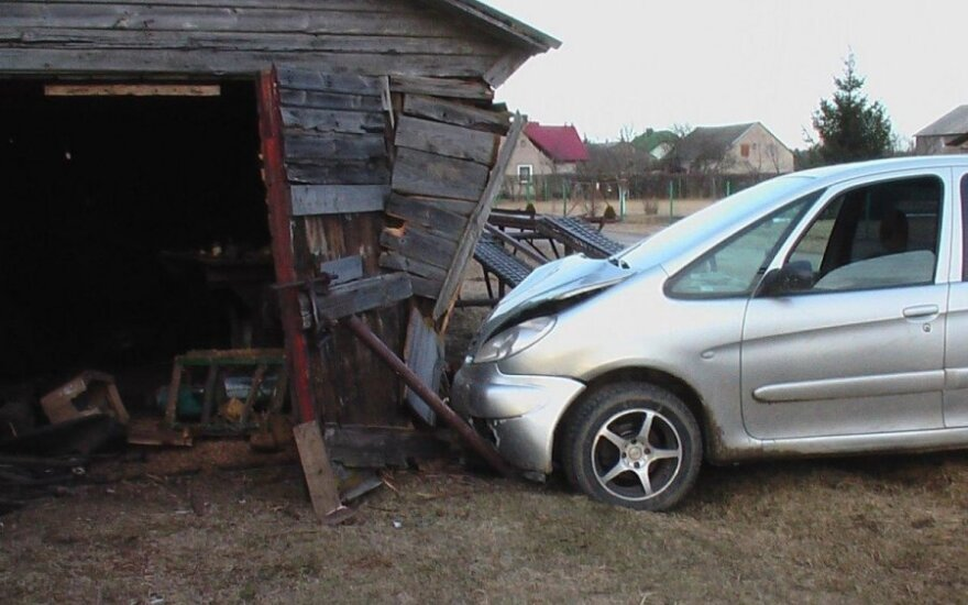Neapsisprendęs kur sukti sankryžoje, girtas vairuotojas apgriovė kaimynės garažą