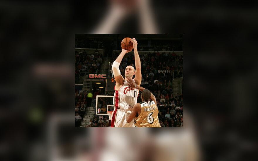 """Žydrūnas Ilgauskas (""""Cavaliers"""") meta per Antonio Daniels (""""Wizards"""") rankas"""