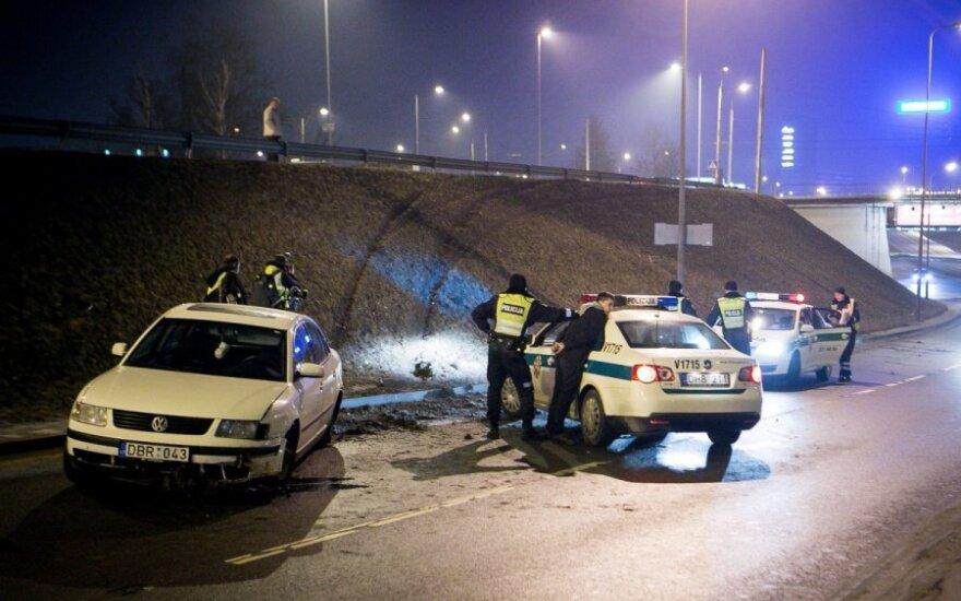 """Naktį Vilniuje """"VW Passat"""" iš Pedagoginio žiedo per atitvarus nuo stataus šlaito nusileido į apačioje esančią Geležinio Vilko g."""