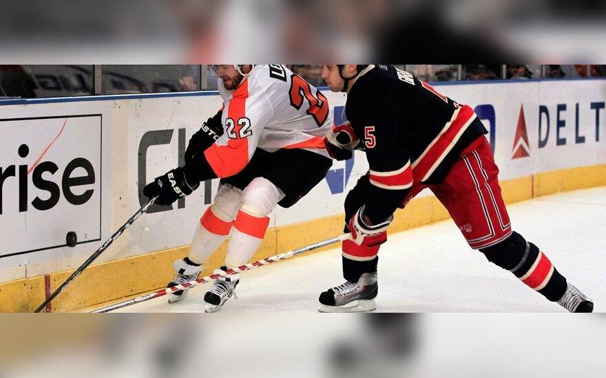 "Ville Leino (""Flyers"", kairėje) kovoja su Danu Girardi (""Rangers"")"