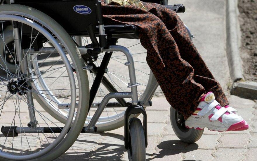 Moteris užpuolė ir apiplėšė nepaeinantį neįgalų senolį