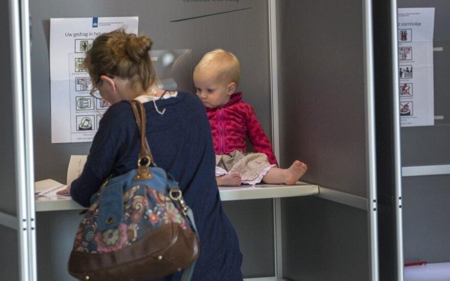 Moteris balsuoja rinkimuose į EP Hagoje