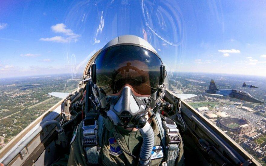"""Pilotas lėktuvo """"T-38 Talon"""" kabinoje"""