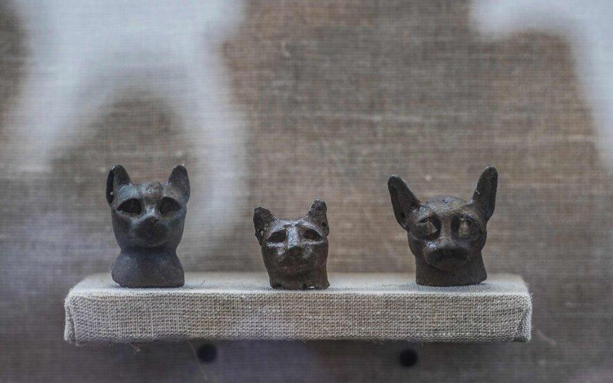 Bronzinės kačių statulėlės