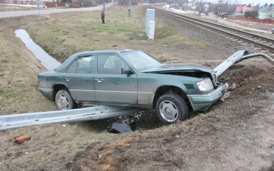 """Į posūkį neįtilpęs """"Mercedes"""" išlaužė atitvarus prie geležinkelio pervažos"""