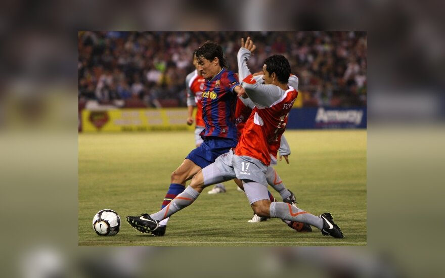 """Bojanas Krkičius (""""Barcelona"""") kovoja su Amaury Ponce (""""Chivas"""")"""