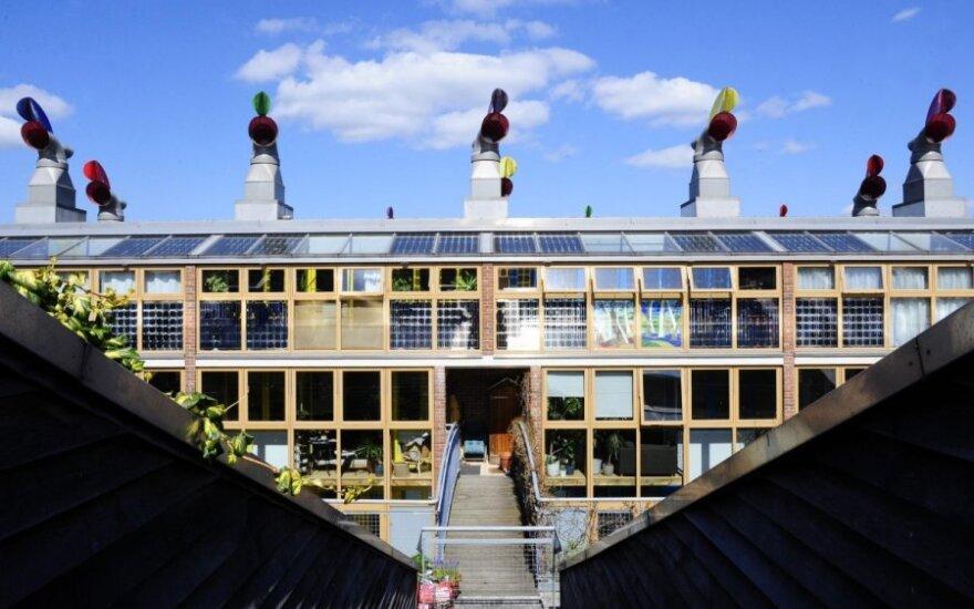Vėjo energiją generuojančios konstrukcijos ir saulės elementai ant daugiabučio namo Londone