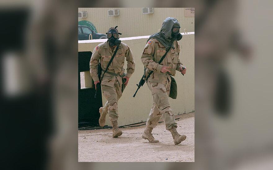 JAV kariškiai su dujokaukėm
