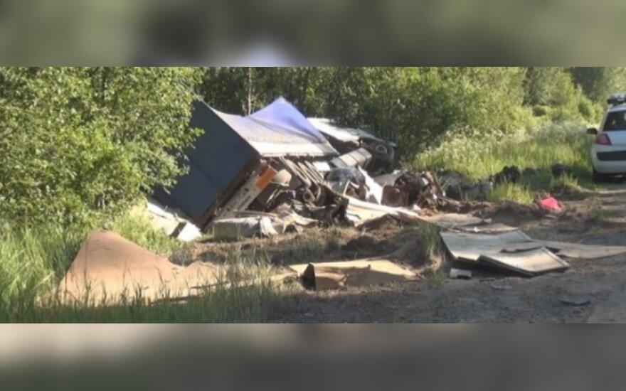 Lietuvių vilkikas Latvijoje nulėkė nuo kelio - po avarijos vairuotojas nusižudė kabinoje