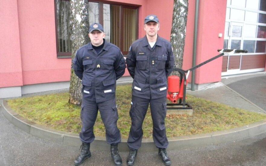 Zarasų priešgaisrinės gelbėjimo tarnybos budinčios pamainos ugniagesys gelbėtojas Jūris Šuša ir tos pačios pamainos vadas Aidas Matiukas