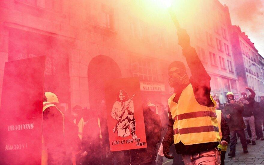 """Prancūzijoje per """"geltonųjų liemenių"""" manifestacijas nukentėjo 24 žmonės"""