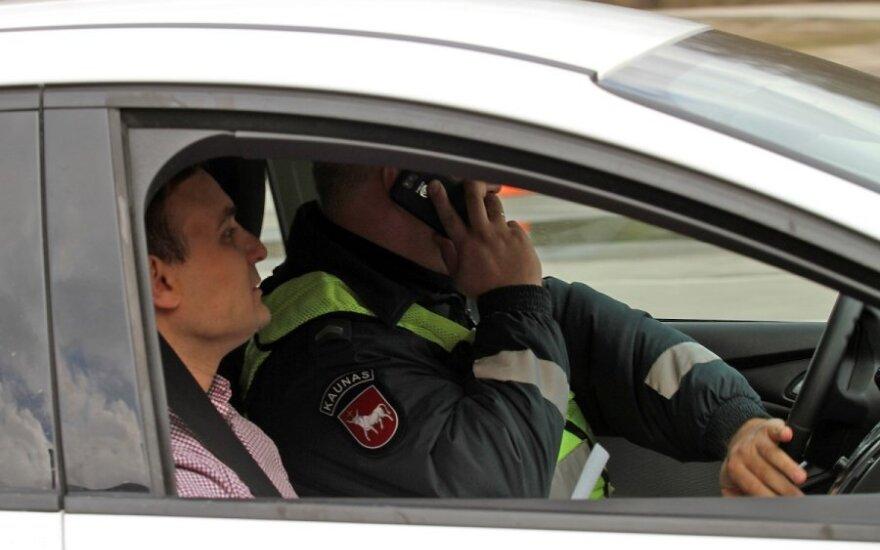 Pabandė: kaip sekėsi vairuoti rašant SMS žinutes rūkant