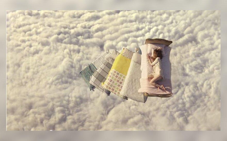 """Naujoji """"Ikea"""" reklama – lovos danguje"""