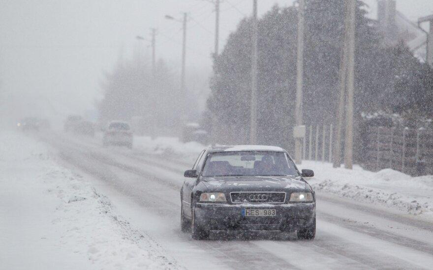 Vairuotojai įspėjami – keliuose yra slidžių ruožų