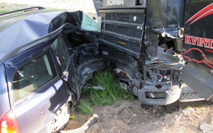 Vilkikas moters automobilį nusviedė į griovį, vairuotojos būklė sunki