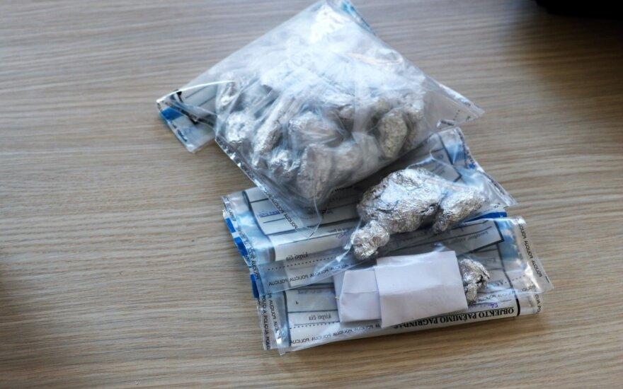 """Uostamiesčio pareigūnai patikrino įtartiną """"Mercedes"""" – rasta daug narkotikų"""