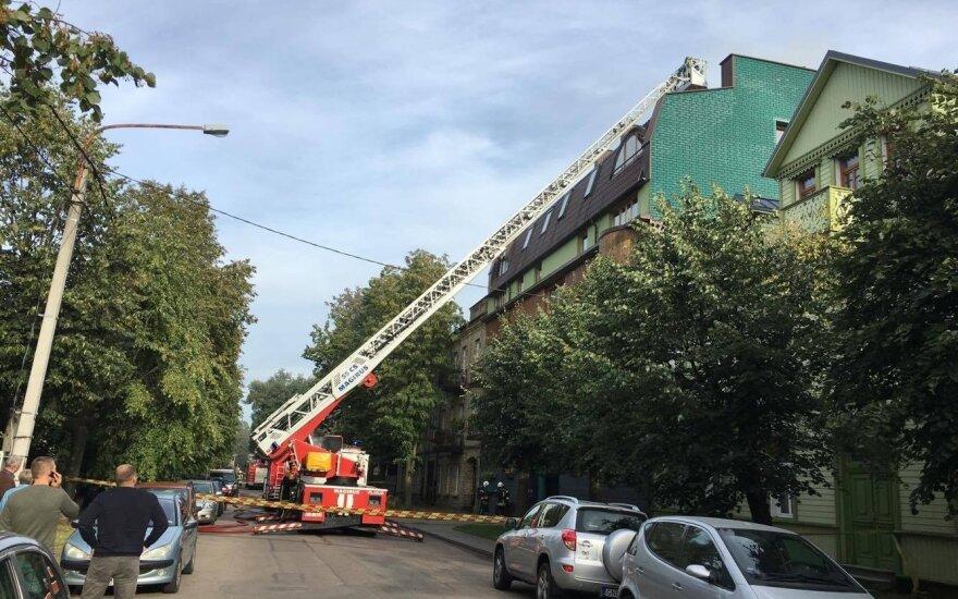Vilniuje, Žvėryne, užsidegė daugiabučio namo stogas