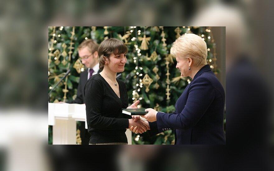 Prezidentė apdovanoja Delfi konkurso apie Konstitucijos vertybes laimėtoją Gritą Dulskienę